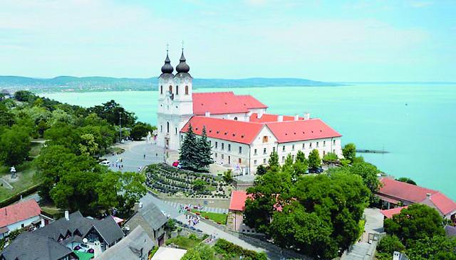 онахи-бенедектинцы с полуострова Тихань почитают русских подвижников, приехавших в Венгрию вместе с царицей Ана- стасией, как основателей их монастыря