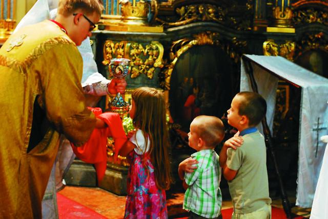 В приходе Святой Троицы (Успенский собор Будапешта) периодически совершаются детские Литургии