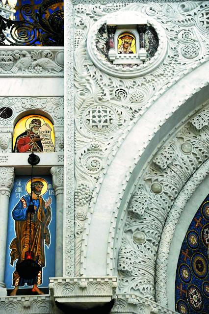 Иконостас храма сделан из натурального уральского белого мрамора