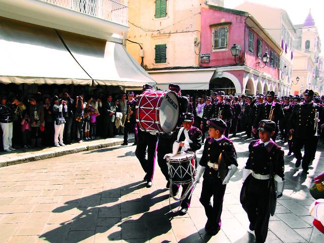 На Пасху перед священнослужителями проходят все  духовые оркестры Корфу