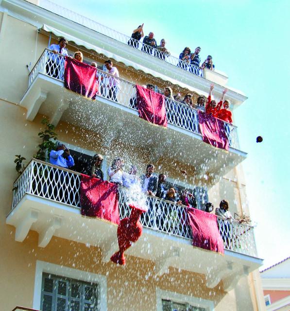 Самая необычная пасхальная традиция на Корфу  - из окон выбрасывают горшки  с водой