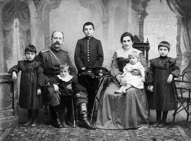 Родители Давида Арсенишвили с детьми. Кутаис, 1903 г.