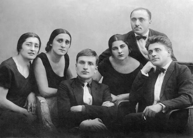 Д.И. Арсенишвили (в центре)с единомышленниками и соратниками  по созданию театрального музея Грузии. Тифлис, 1927 г.