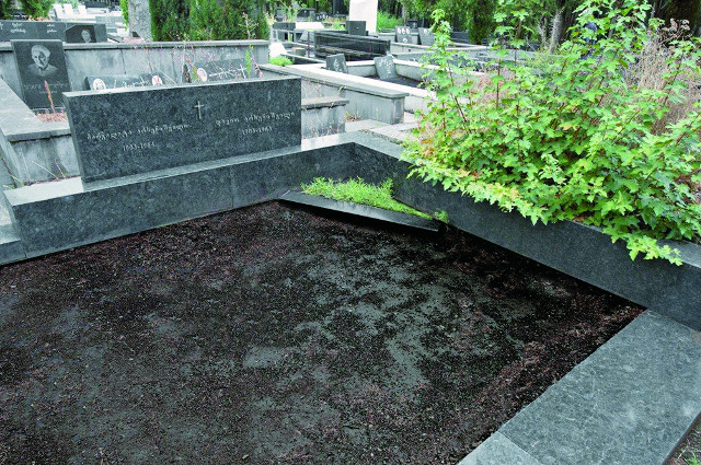 "Могилы М.И. Арсенишвили - сестры Давида Ильича и Д. И. Арсенишвии. Тбилиси, кладбище ""Сабутало"""
