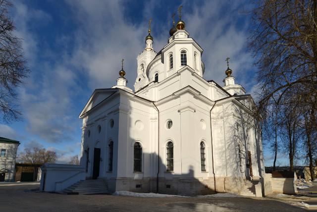 Еще недавно этот храм стоял  без купола  и креста. Восстановлен исключительно на средства  прихожан