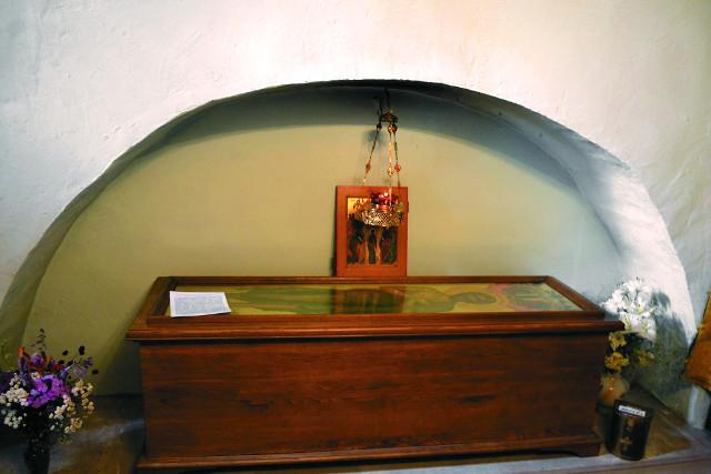 В ризнице, расположенной в в правой стороне алтарной части, над местом погребения блаженного Исидора установлена символическая деревенная рака с ростовым образом святого