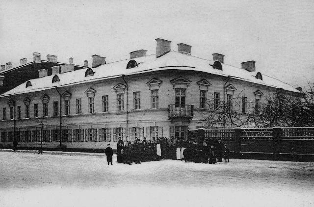 В этом доме на углу Посадской и Андреевской улиц жил святой праведный Иоанн Кронштадтский