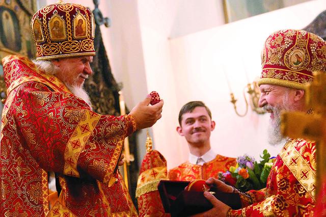 Епископ Пантелеймон, управляющий Восточным викариатством, и настоятель храма Алекандр Дасаев на пасхальном торжестве