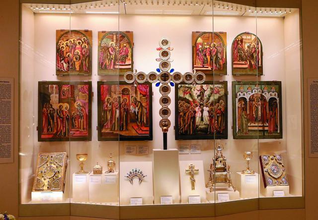 На экспозиции представлены спасенные иконы, не вошедшие в иконостас храма Двеннадцати апостолов, и запрестольный крест-реликварий 2. СПАСЕННЫЙ ИКОНОСТАС