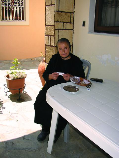 В обители святой Параскевы  монахини упаковывают в бумагу частички  от  туфелек святителя Спиридона Тримифунтского, которые раздают  паломникам