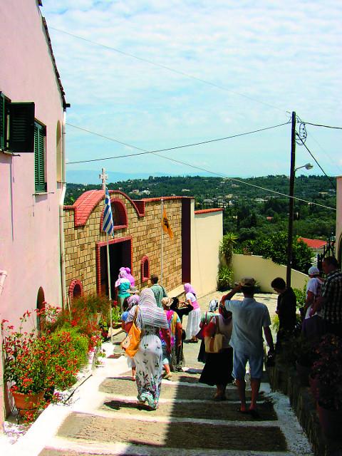 Паломники направляются в монастырь святой Параскевы