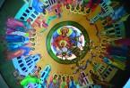 В центре купола изображена икона Божией Матери «Знамение». Ее обрамляют слова молитвы «Богородице, Дева радуйся…» на тайском языке