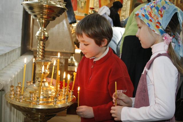 С детьми до 10 лет целесообразнее воздержаться от продолжительных паломнических поездок, особенно предполагающих посещение монастырских служб