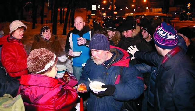 Волонтеры раздают еду