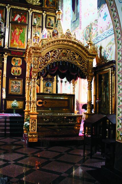 Рака с мощами святителя Иннокентия в Знаменском монастыре в Иркутске