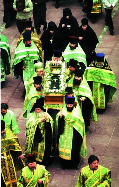 Святые мощи  преподобного Аристоклия торжественно вносят на территорию Афонского подворья на Гончарной улице 2004 ГОД
