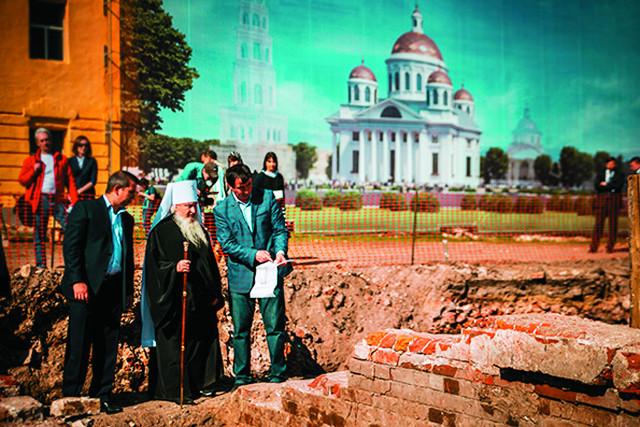 Владыка Феофан осматривает раскопки на месте бывшего Казанского собора