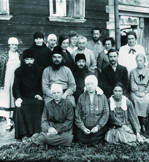 Священник Сергий Мечев с прихожанами в Верее. 1927-1928 годы