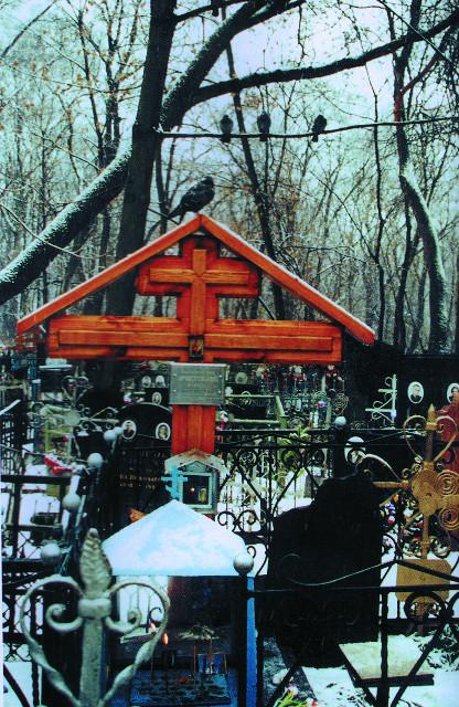 Могила преподобного Аристоклия на Даниловском кладбище Москвы рядом с Никольской часовней