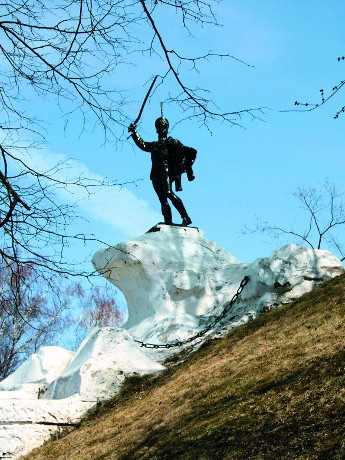Памятник освободителю Вереи от французскийх захватчиков  генералу Ивану Семеновичу Дорохову