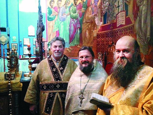 После праздничного богослужения. Иподиакон Димитрий (слева), протоиерей Георгий Гуторов, настоятель храма Тихвинской иконы Божией Матери в Алексеевсом