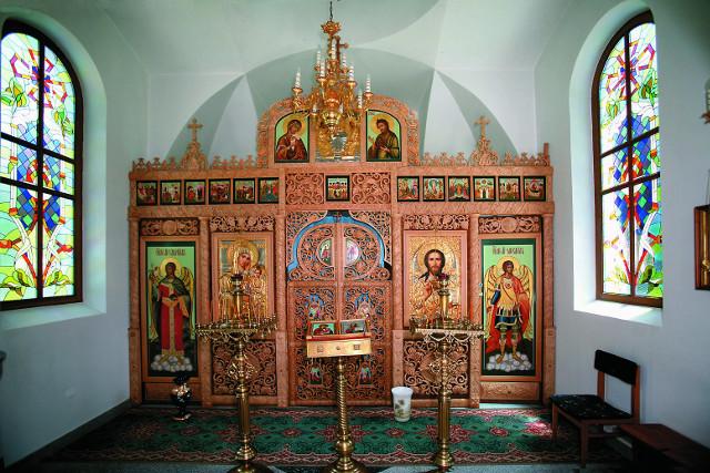 """Витражи и резной липовый  иконостас  в храме Богородицы """"Утоли мои печали"""""""