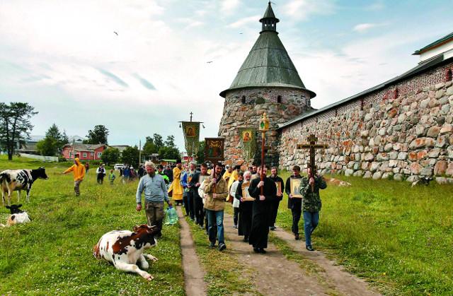 Крестный ход у стен Соловецкого монастыря