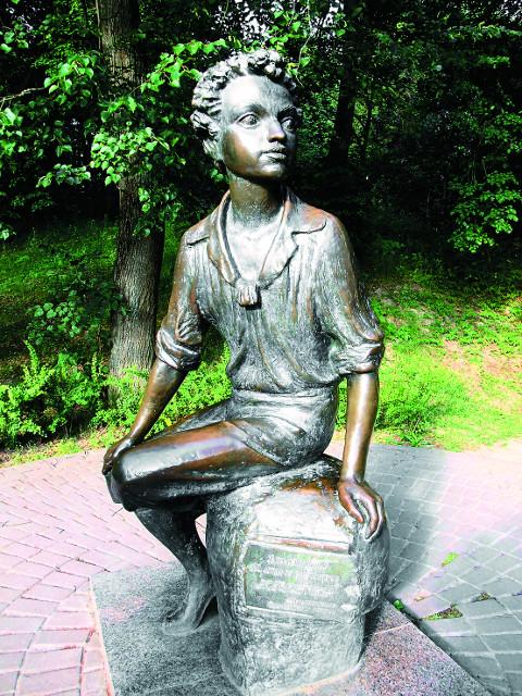 Памятник Александру Пушкину в селе Захарово