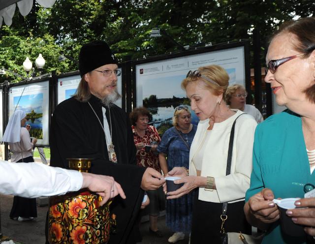 Пока собирались гости, митрополит Марк разливал всем чай из самовара