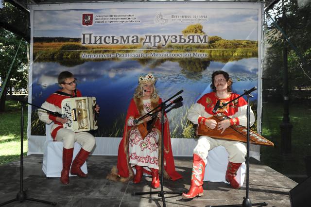 Музыкальный коллектив «Иван-чай» развлекал гостей народными мелодиями и знакомыми песнями