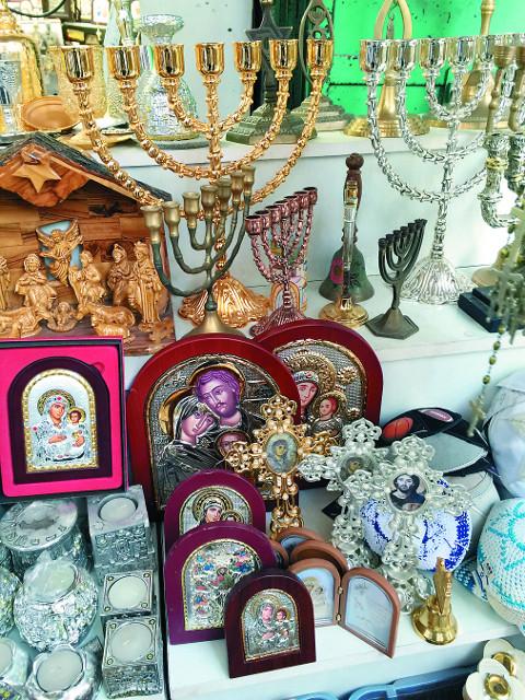 Испокон веков православные паломники также старались приобрести в своих путешествиях материальные свидетельства пребывания в святых местах