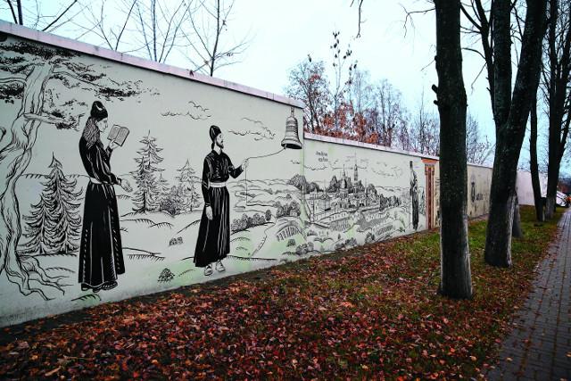 Прогуливаясь по парку, можно  в доступной форме познакомиться  с  историей города. О ней расскажут росписи на стенах