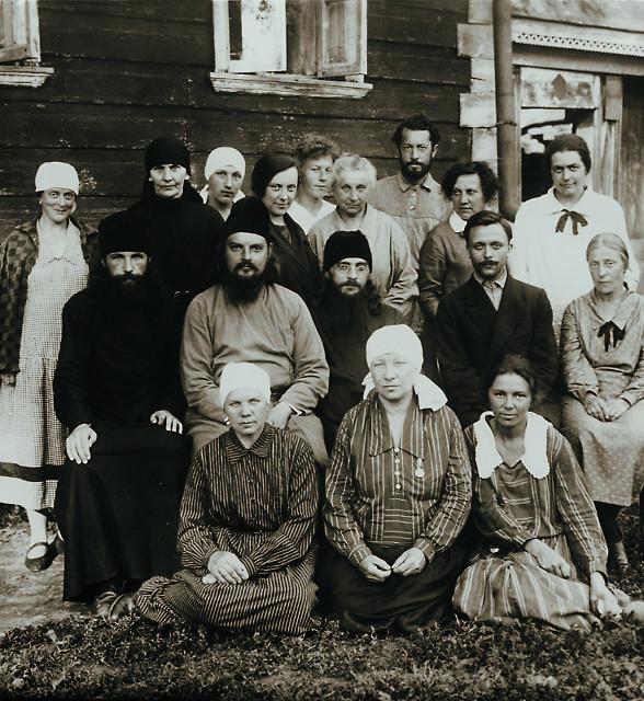 Отец Сергий с прихожанами. Город Верея. 1927-1928 годы