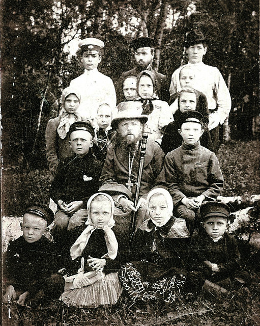 Протоиерей Алексей Мечев с братом Тихоном (последний ряд, в центре), сыном Сергеем (последний ряд, слева) и детьми церковноприходской школы во время паломничества в Троице-Сергиеву лавру. Май  1901 года