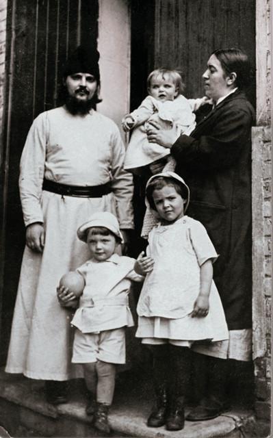 Отец Сергий с матушкой Евфросинией  и детьми - Ириной, Алексеем и Елизаветой у дома причта  на Маросейке. 1925 год