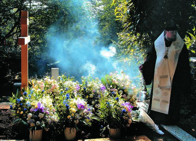 Погребение владыки Николая на кладбище в Йокогаме совершает епископ Уссурийский Сергий (Чашин)