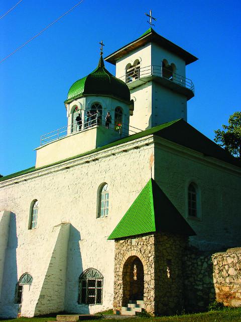 Троицкий храм. С его колокольни открывается  прекрасный вид на горы