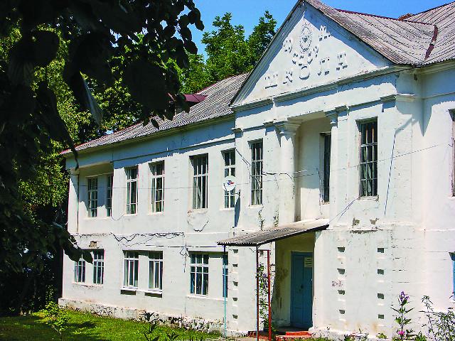 Здание школы  сложено из камней взорванного Успенского храма