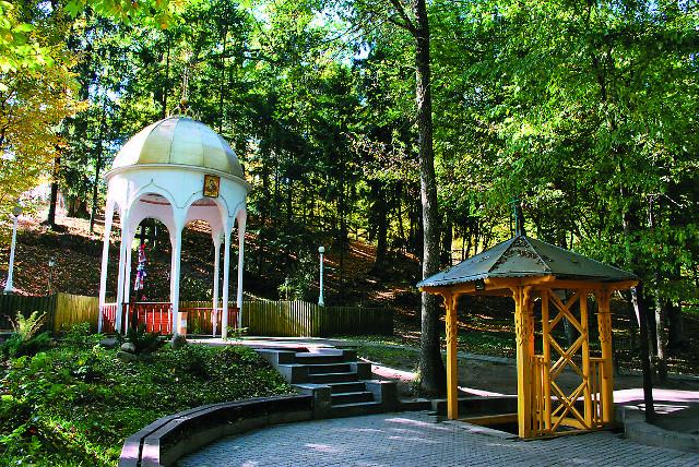 Святой источник находится в двух километрах от монастыря