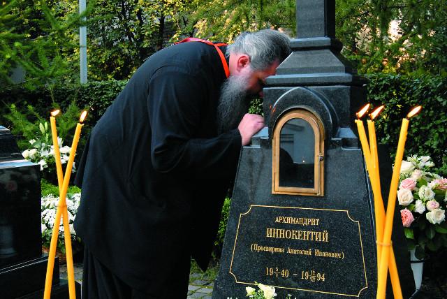 На могиле  архимандрита Иннокентия (Просвирнина) в Новоспасском монастыре