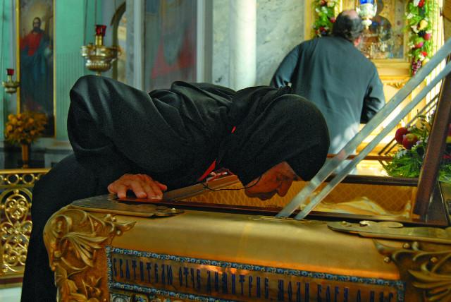 У мощей святителя Димитрия Ростовского  в Спасо-Яковлевском монастыре
