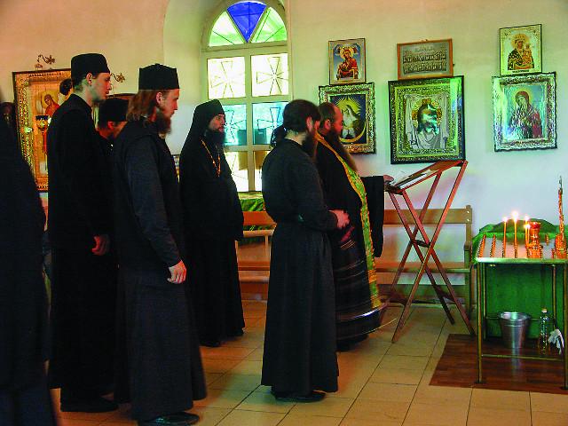 На панихиде монахи поминают усопших