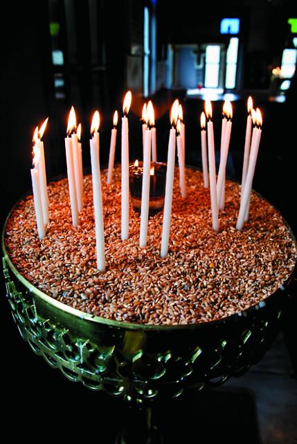 По традиции свечи здесь ставят в церковном притворе  в насыпанные  зерна пшеницы