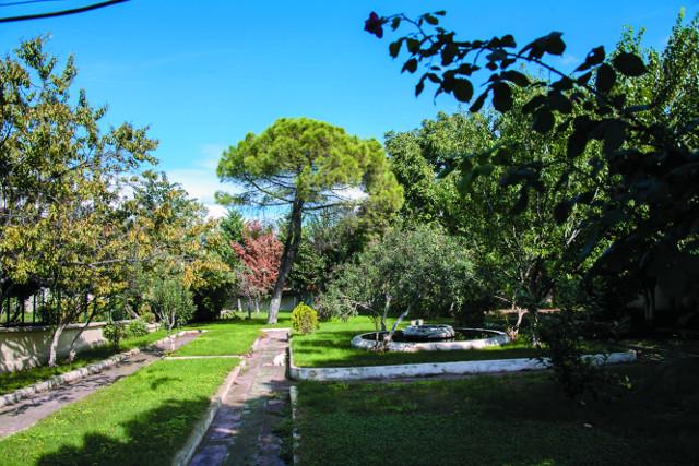 Небольшой уютный сад возле церкви