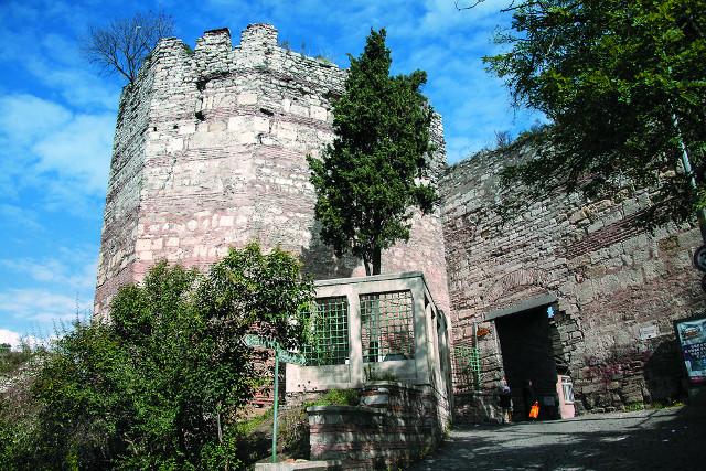 Башня Калигария у древних стен Влахерн