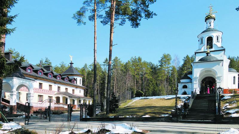Новый келейный корпус и главный - Ксениевский - храм