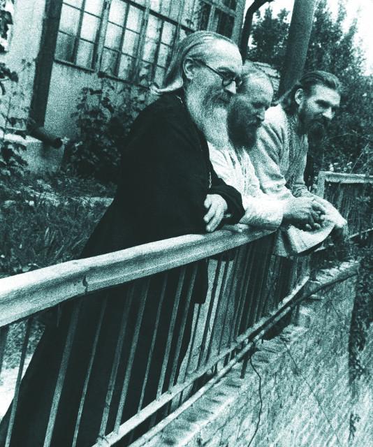 Священники Борис Холчев, Петр Константинов и Феодор Семененко в саду у епископа Гурия. 1949 г.