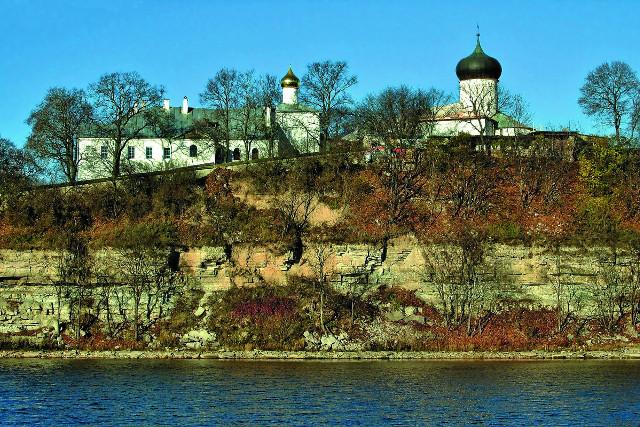 Вид на Снетогорский монастырь со стороны реки Великой