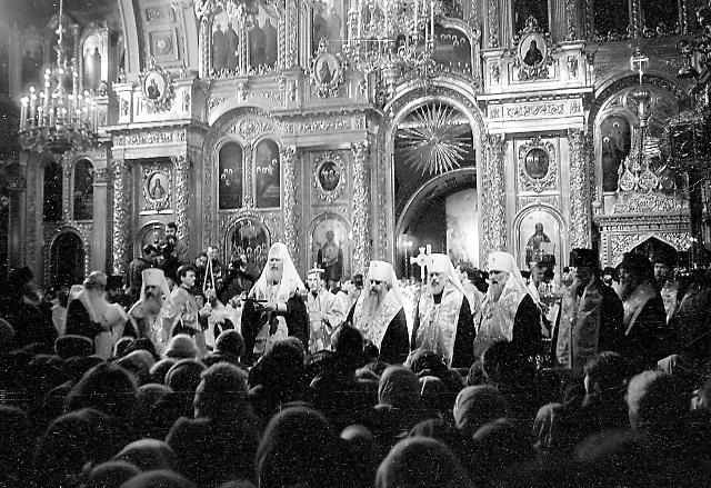 По принесении мощей  в Богоявленский  собор  здесь начался молебен, который возглавил Патриарх Алексий II