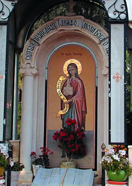 Мозаичная икона праведной Тавифы в часовне перед храмом